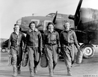 Group_of_Women_Airforce_Service_Pilots_and_B-17_Flying_Fortress.jpg